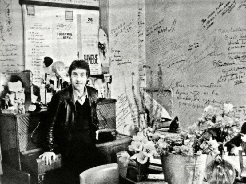 3. Высоцкий в кабинете театра на Таганке гримерки, звезды, знаменитости, рок группы, современный шоубиз, фото