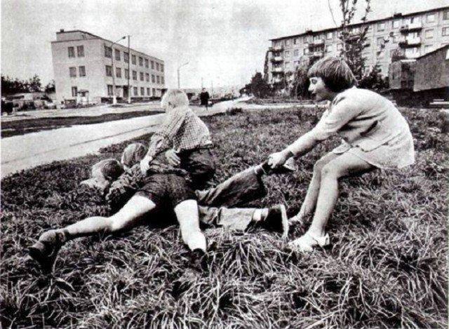 """Конечно, случались и драки-потасовки, куда же без них. Но без фанатизма. Обычно или до первой крови, или дотех пор, пока один из противников не признавал поражение и не говорил: """"сдаюсь!""""  СССР, история, школа"""