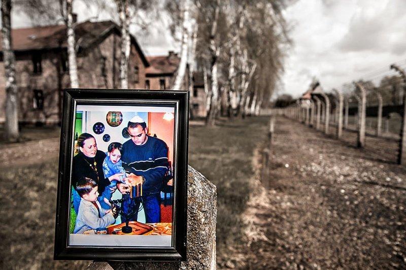 3-е и 4-е поколения: семья двоюродной сестры зажигает менору на Хануку выжившая, день памяти, освенцим, память жива, поколения, семья, фотопроект, холокост
