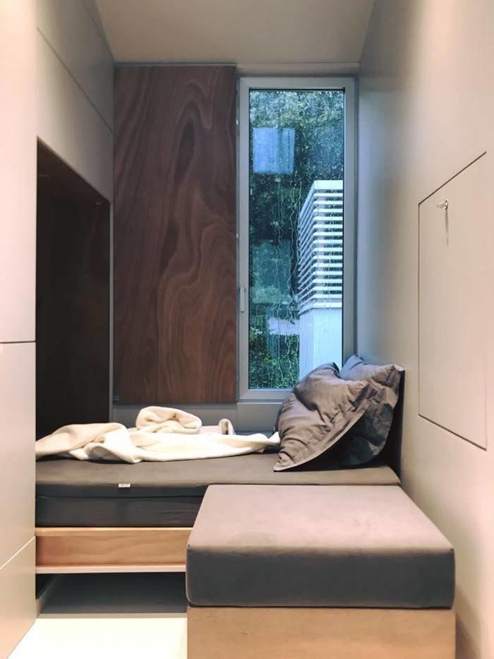 В нем есть кровать, которая складывается, и гениальная кухня, в которой есть плита, шкаф, стол и стулья для развлечения гостей в мире, дом, креатив, мебель, недвижимость