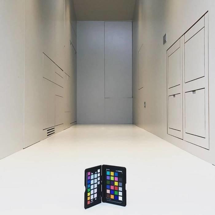 На первый взгляд, это здание площадью 9 кв. метров состоит всего из одной белой комнаты безо всякого декора в мире, дом, креатив, мебель, недвижимость