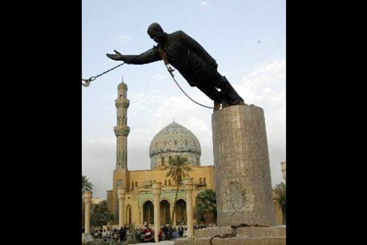 Толпа иракцев сбрасывает с постамента статую Саддама Хуссейна в Багдаде газетные утки, дутые сенсации, истории, непроверенные факты, фальшивки, фальшивые новости, фото, фотограии