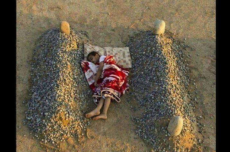 Сирийский мальчик спит между могил родителей газетные утки, дутые сенсации, истории, непроверенные факты, фальшивки, фальшивые новости, фото, фотограии