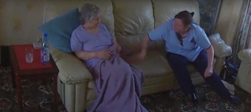Бабушка моется дома видео