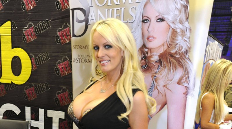 Секс 3 порнозвезд с прохожими