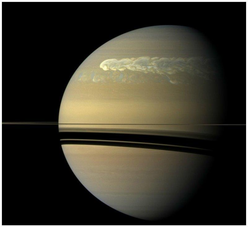 Самый мощный шторм на Сатурне - площадь составляет приблизительно 4 миллиарда квадратных километров и каждую секунду там видны более 10 молний интересное, космос, красота, наука, фото