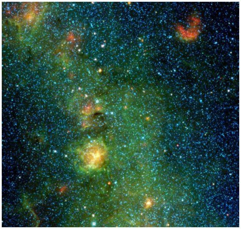 Тройная туманность находится 5400 световых лет от Земли в созвездии Стрельца. Сини звезды - более старые, красное облако сверху справа - газ, нагреваемый группой молодых звезд интересное, космос, красота, наука, фото