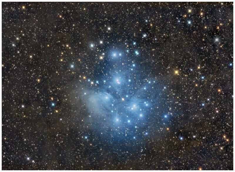 """Плеяды (M45) являются самым ярким скоплением звезд в небе. Эта группа, известная также как """"Семь сестер"""", как будто едет на спине созвездия Тельца интересное, космос, красота, наука, фото"""