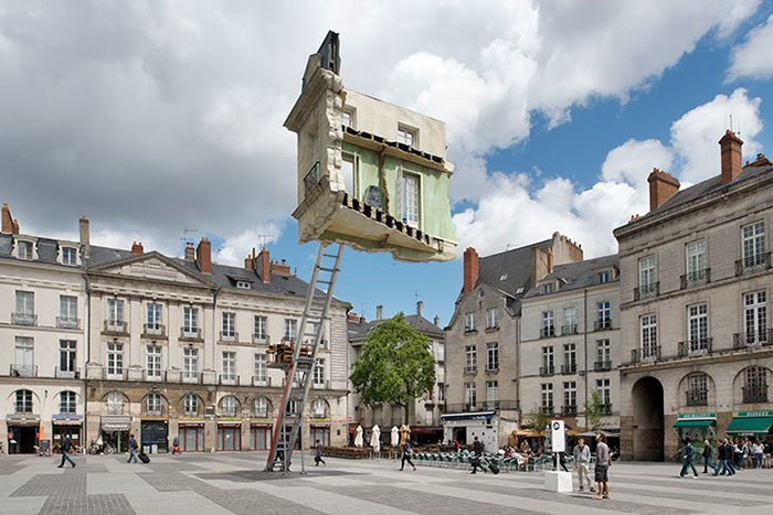 Floating in the air installation Final move, Leandro Erlich