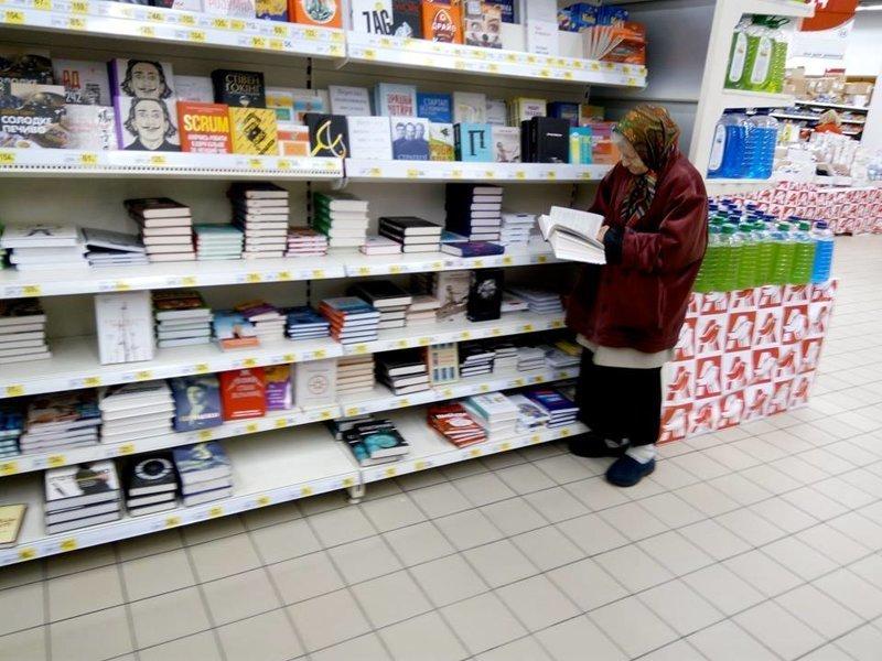 Для читающей бабушки в супермаркете поставили собственный диванчик ynews, бабушка, доброта, забота, книги, новости, чтение