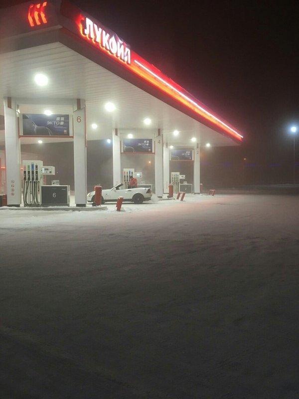 Когда на улице 45 градусов, но ты всё равно в России за бензином, заправка, очередь за бензином, попало в кадр, прикол, происшествия на заправке, случайности, юмор