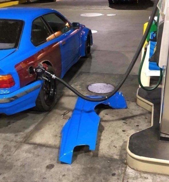 Против воровства топлива чего только не придумают за бензином, заправка, очередь за бензином, попало в кадр, прикол, происшествия на заправке, случайности, юмор