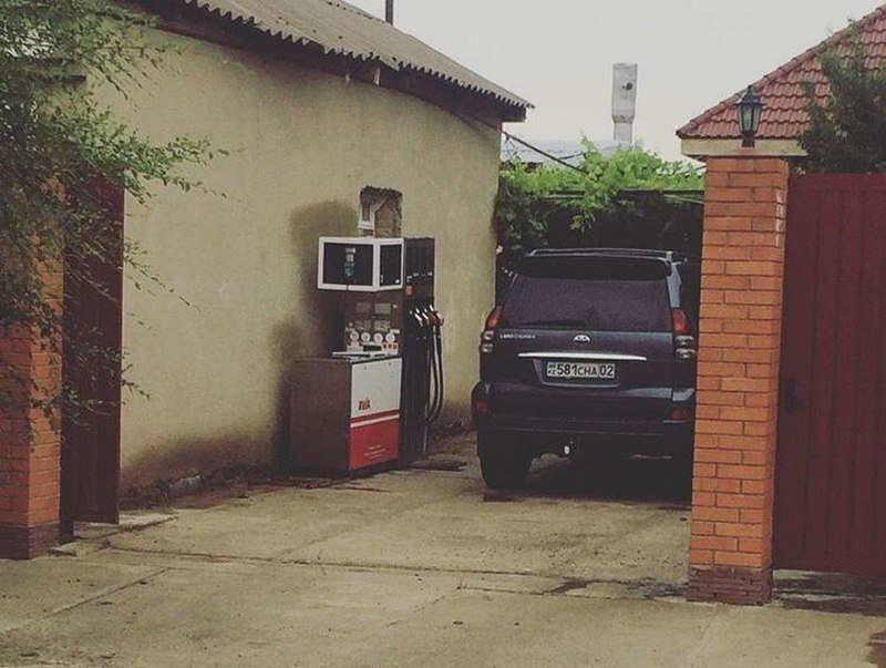 Типичная казахская заправка за бензином, заправка, очередь за бензином, попало в кадр, прикол, происшествия на заправке, случайности, юмор