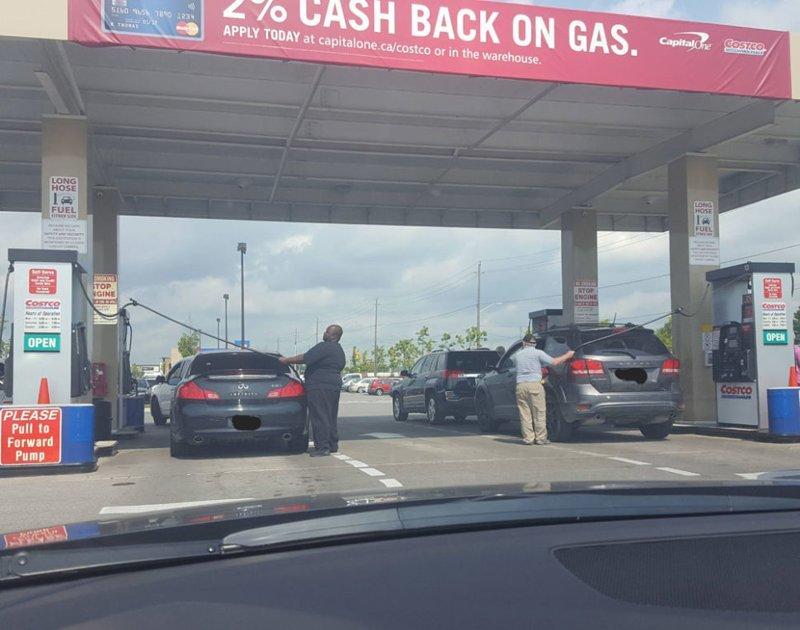 Второй дубль за бензином, заправка, очередь за бензином, попало в кадр, прикол, происшествия на заправке, случайности, юмор