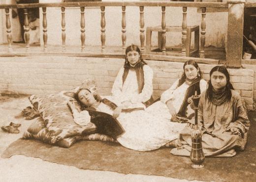 1. Женщины гарема во дворе одного из городских домов в Бухаре, 1900 год гарем, девушка, история, наложницы, султан, фото