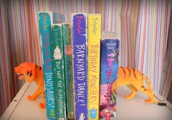 6. Или держателем для книг, если надоело, что литература часто падает интересно, на все руки мастер, поделки, рукоделие, своими руками, старые игрушки, фото