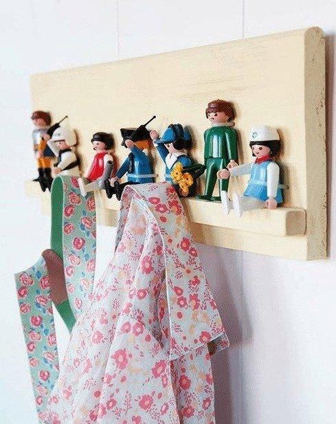 1. Приклейте игрушки к любой поверхности, используйте их как крючки интересно, на все руки мастер, поделки, рукоделие, своими руками, старые игрушки, фото