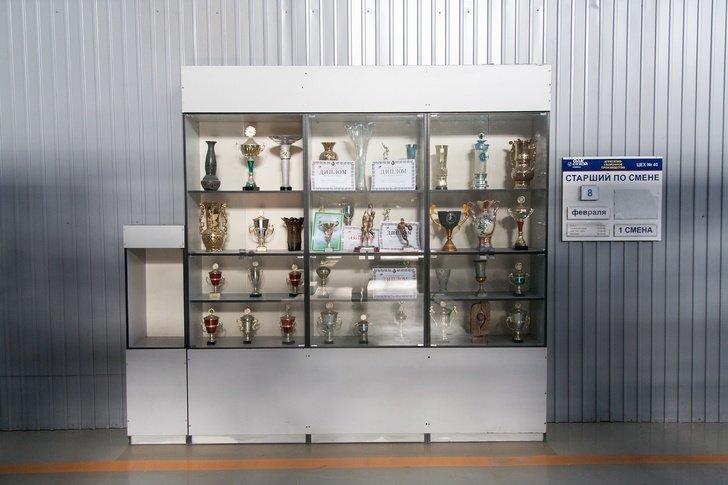 Отдельно хотел бы выделить «шкафы гордости», которые стоят почти в каждом цеху: в них выставлены награды за победы в различных конкурсах и соревнованиях: авиастроение, авиация, истребители, россия