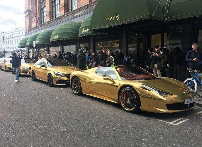 Четыре золотых суперкара на парковке универмага Harrods на Бромптон-Роуд, Лондон, тут же привлекли внимание прохожих bentley, ferrari, mercedes, porsche, авто, золото, лондон, суперкар