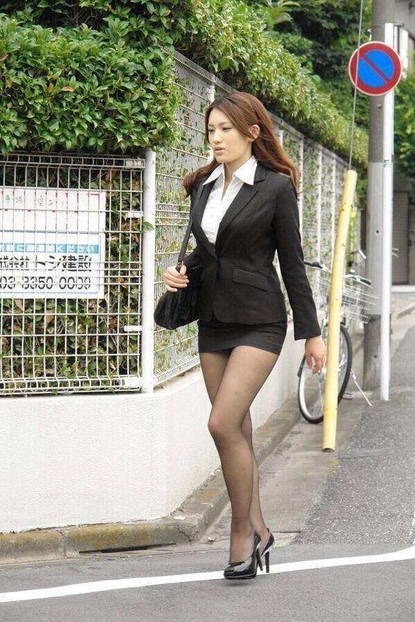 japanese-women-in-mini-skirts-pantyhose