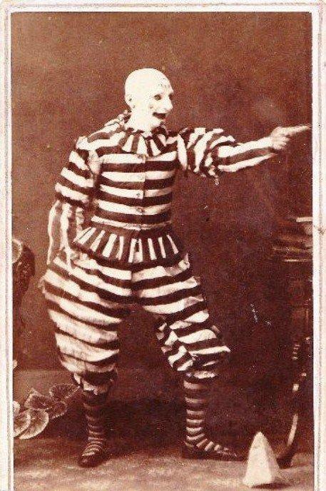 21. Это не кадр из ужастика, а клоун Викторианской эпохи Жуткие фото, жуткое, подборка, странные фото, страшно, фото, фотошоп, шок
