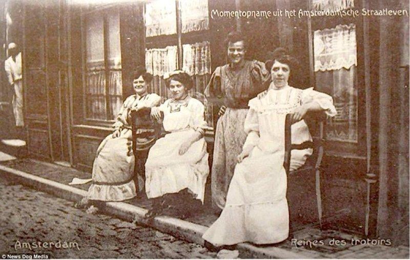"""""""Королевы тротуара"""", фото сделано примерно в 1900-м амстердам, исторические кадры, история, нидерланды, проститутки, проституция, улица красных фонарей, фото"""