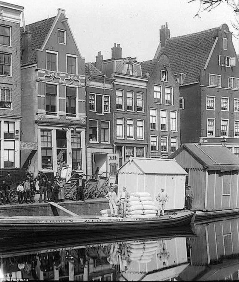 Расцвет проституции в Амстердаме: как выглядела «улица красных фонарей» в 1900-х амстердам, исторические кадры, история, нидерланды, проститутки, проституция, улица красных фонарей, фото