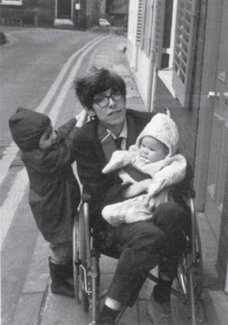 Фото стивен хокинг молодой с детьми треугольника