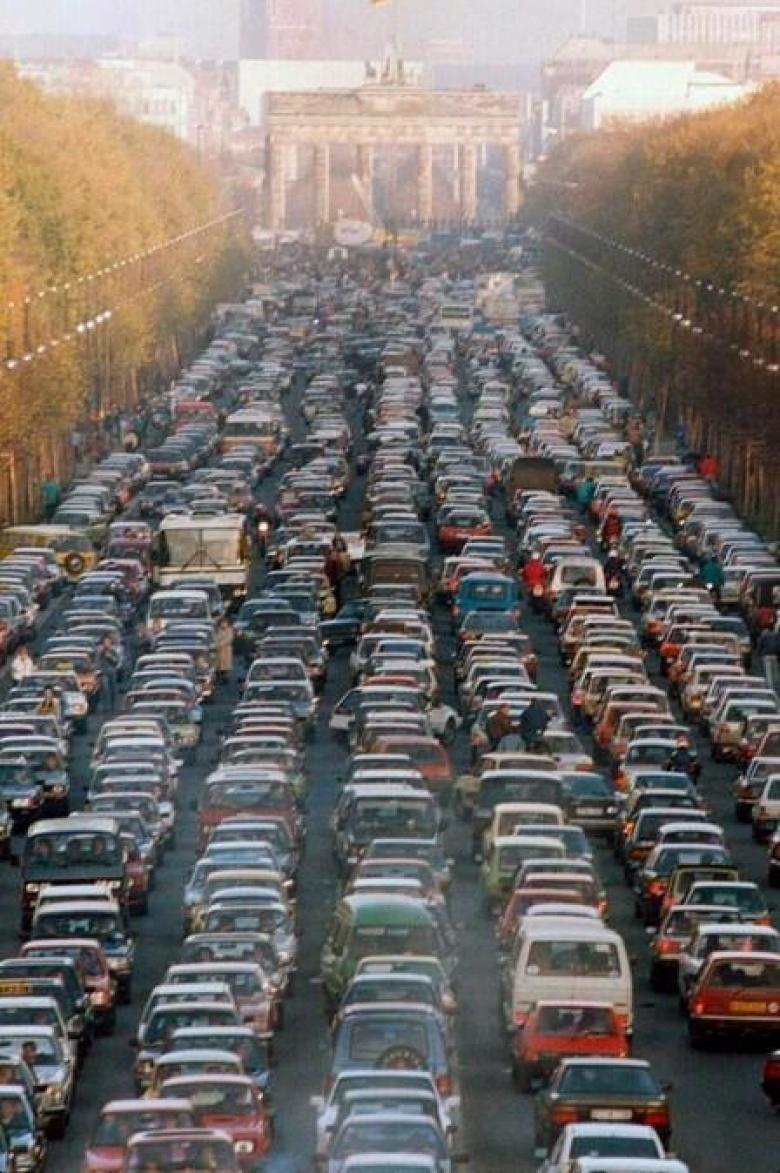 8. Бранденбургские ворота между Восточной и Западной Германией в первую субботу после падения Берлинской стены, 1989 было стало, интересно, история, пробки, пробки в москве тогда и сейчас, факты, фото