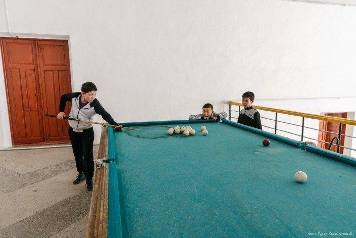 Но давайте заглянем в сам сельский клуб. жизнь, за гранью, казахстан., ситуация, факт