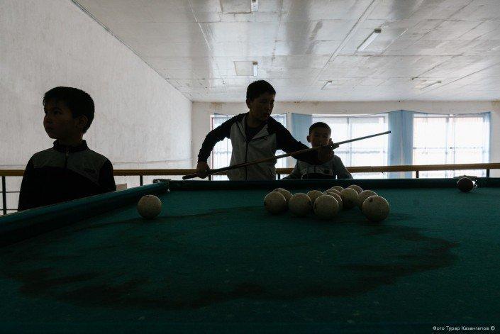 В одном из залов мы застали школьников возле бильярдного стола. жизнь, за гранью, казахстан., ситуация, факт