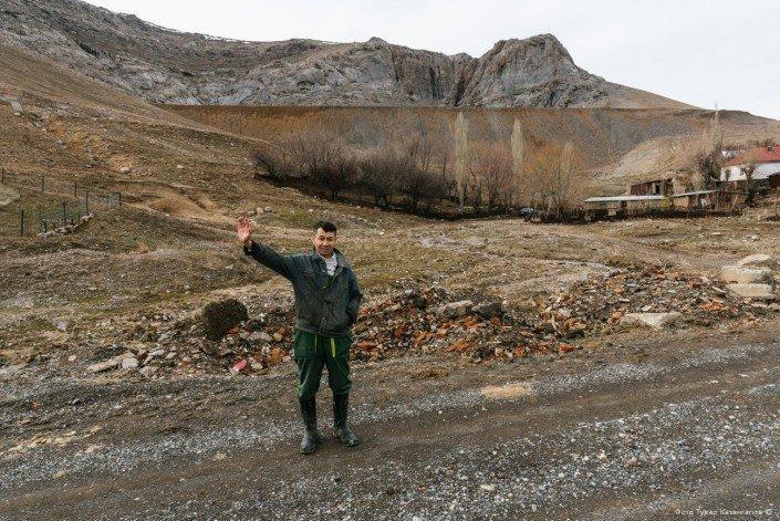 В сопровождении сельской ребятни и уже знакомого нам мальчугана на ослике Бахыт показывает нам вход в одну из заброшенных шахт. жизнь, за гранью, казахстан., ситуация, факт