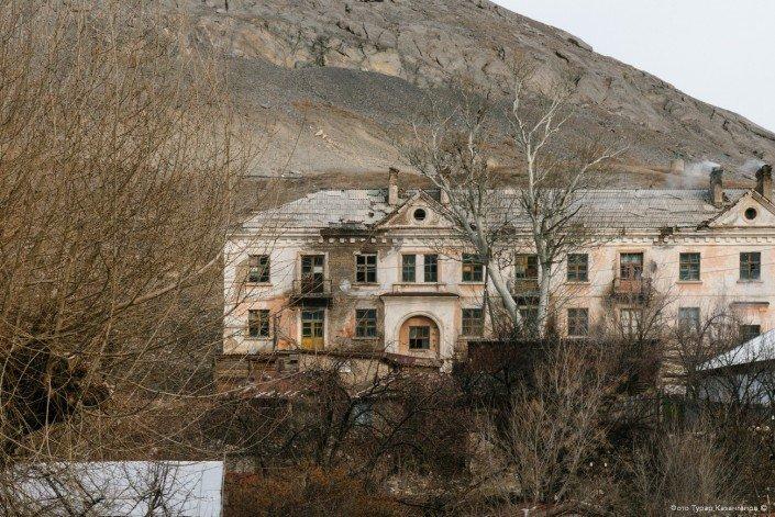 В поселке очень много двух-, трех- и четырехэтажных домов советской постройки. Как выяснилось, многие из них практически не заселены. жизнь, за гранью, казахстан., ситуация, факт