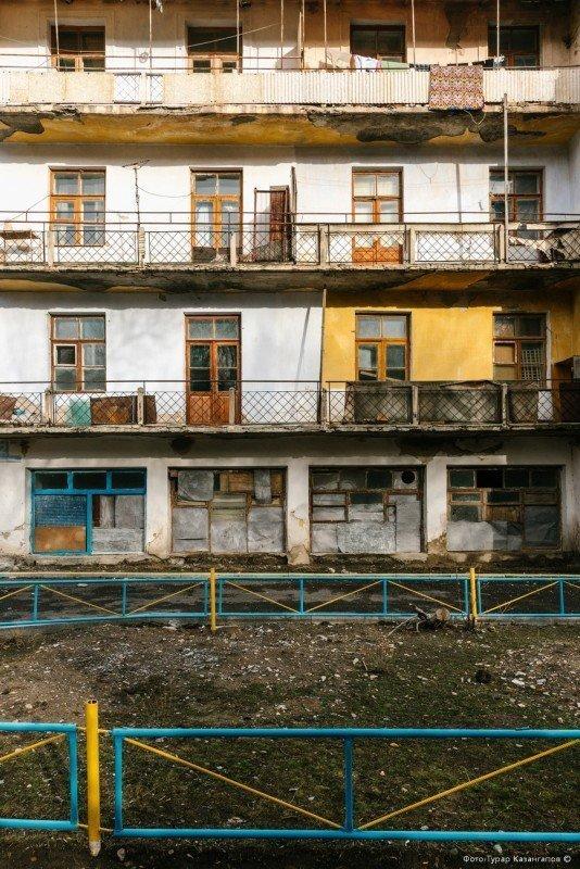 «Здесь не редкость, когда в целом подъезде только в одной квартире живут. Есть дома, где всего только около пяти человек живут», — рассказывают местные. жизнь, за гранью, казахстан., ситуация, факт