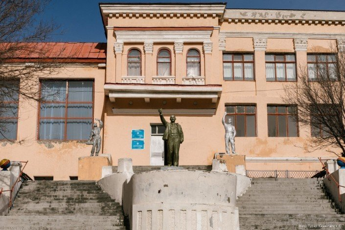 Но больше всего нас удивил местный Дворец культуры, он же сельский клуб. жизнь, за гранью, казахстан., ситуация, факт