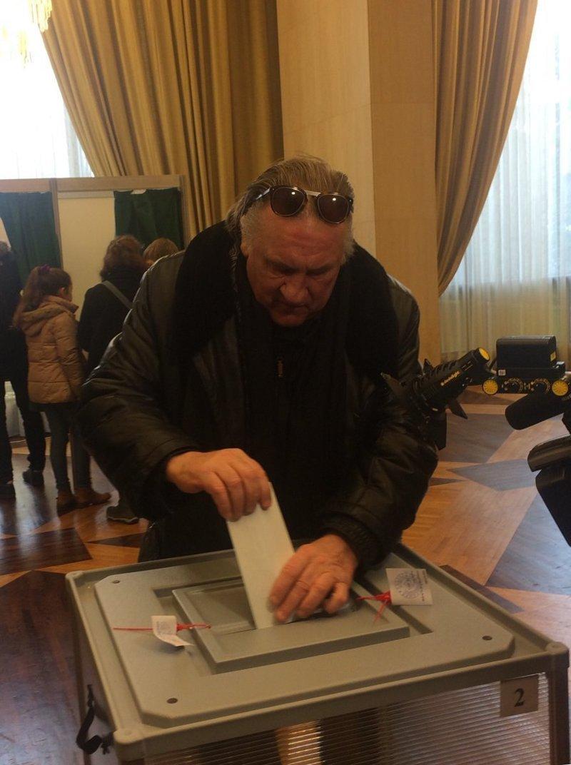 В Париже свой голос отдал гражданин России Жерар Депардье. Он сказал, что он серьёзно относится к этим выборам, и голосовал с душой. ynews, ВЫБОРЫ 2018, голосовали, звезды, знаменитости, интересное, фото