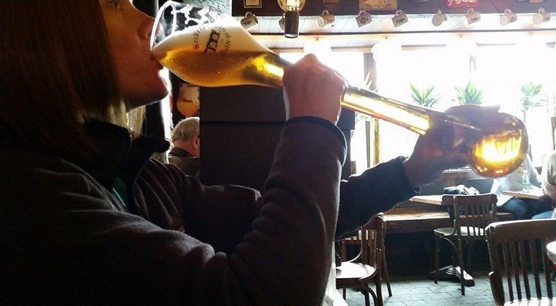 А так как большинство стаканов сделаны специально для этого бара, их кража — довольной большой урон для заведения Бельгия, Хитрость, бар, ботинок, в мире, люди, обувь