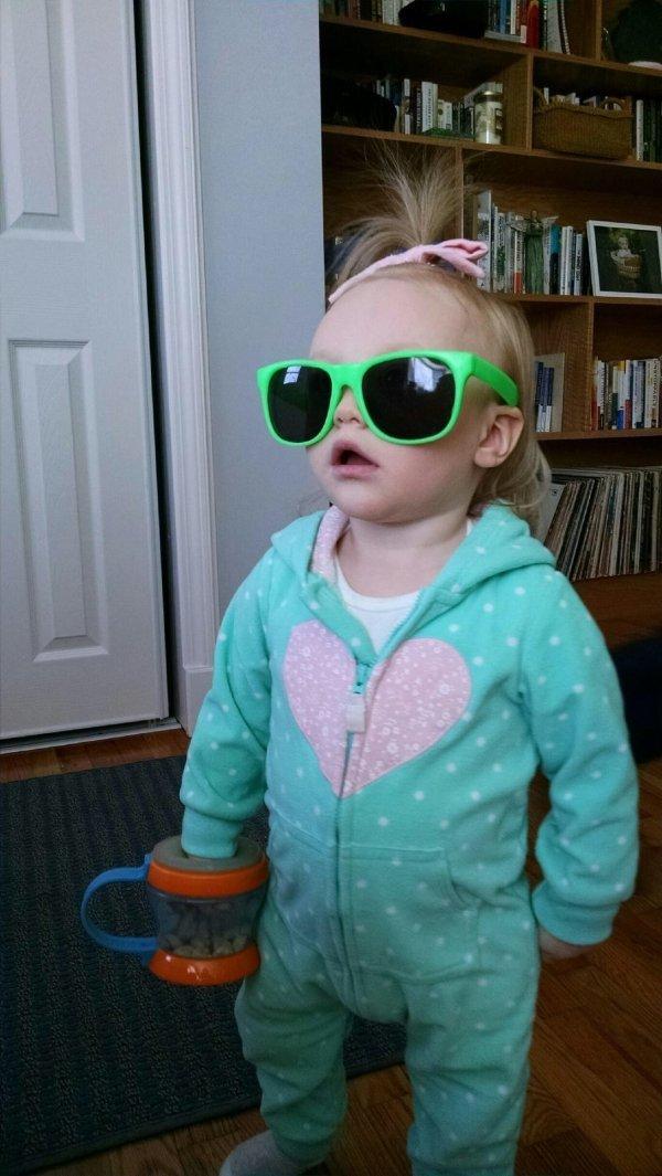 Малышка в очках день, животные, кадр, люди, мир, снимок, фото, фотоподборка
