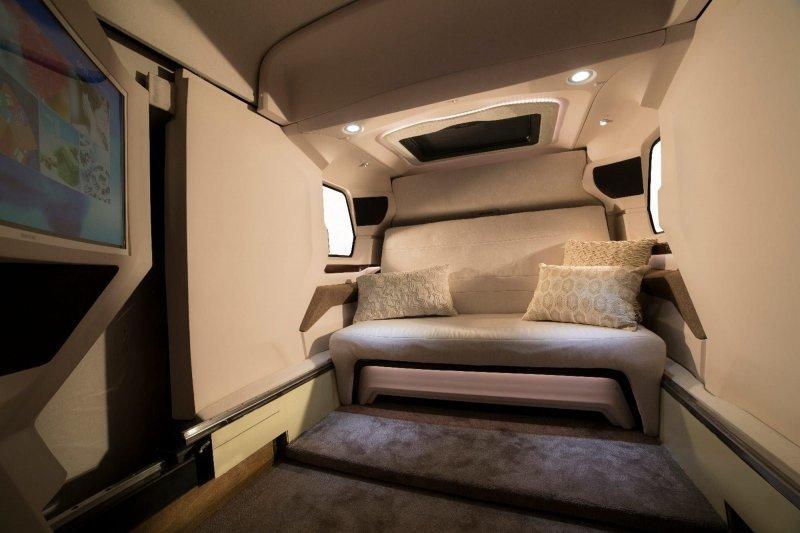В выдвижной секции разместили еще один диван, также превращающийся в кровать. По соседству нашлось место для туалета и душевой кабинки. авто, автомобили, дом на колесах, кемпер, микроавтобус, офис на колесах
