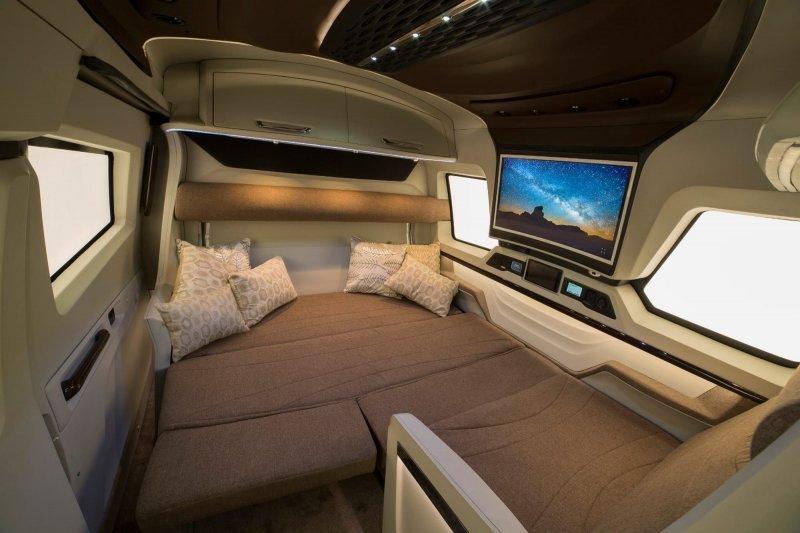 Диван можно превратить в двухместную кровать при желании. авто, автомобили, дом на колесах, кемпер, микроавтобус, офис на колесах