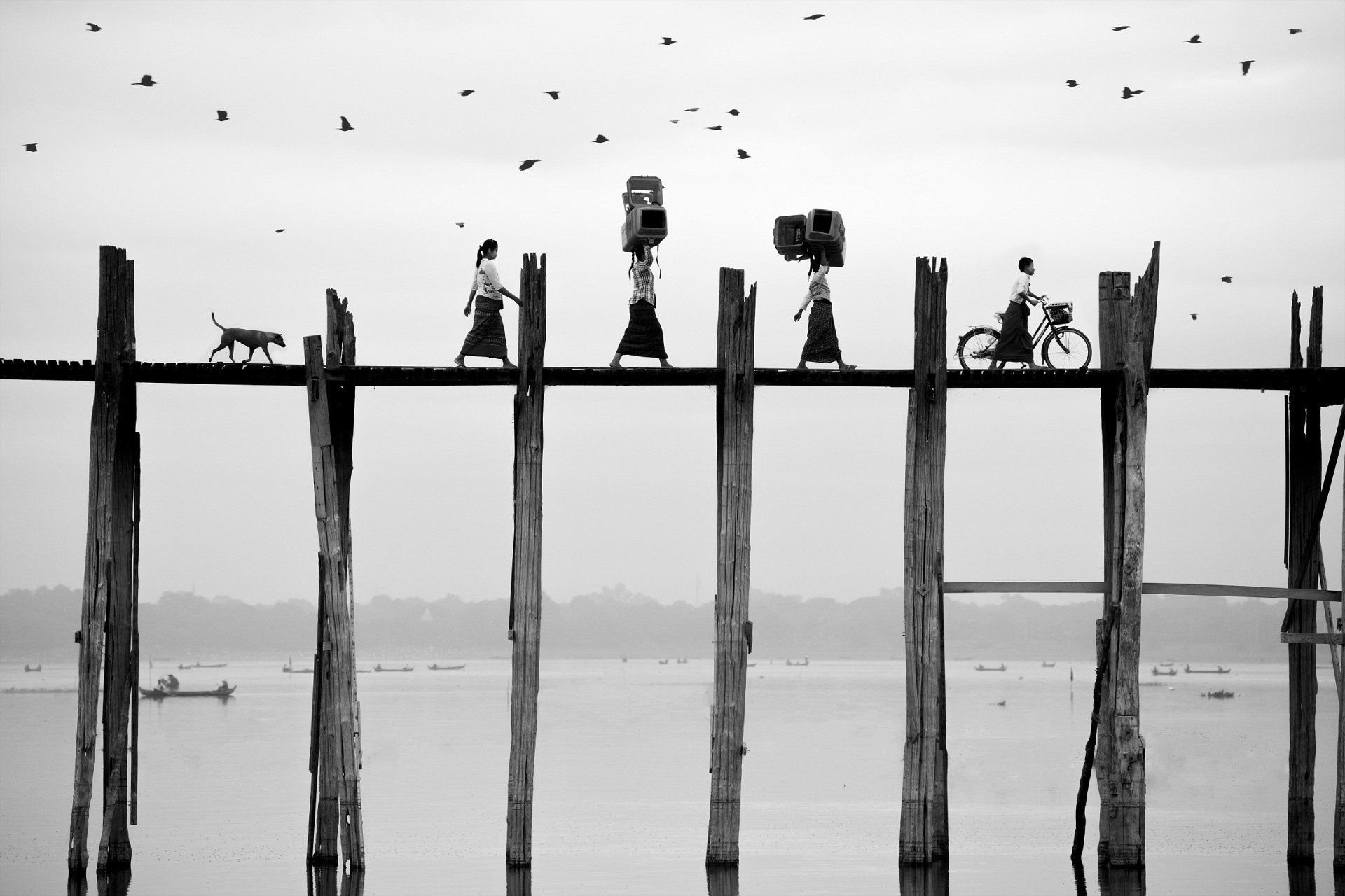 Женщины на мосту, Мьянма. Фотограф - Суфакальн Вонгкомпьюн Sony World Photography, Sony World Photography Awards 2018, лауреаты, лучшие фото, лучшие фотографии, победители, победители конкурса, фотоконкурс