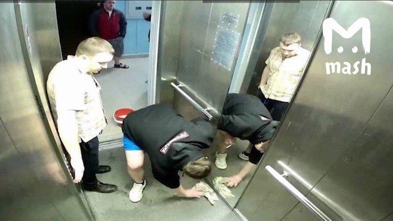 Русская девка ссыт в лифте