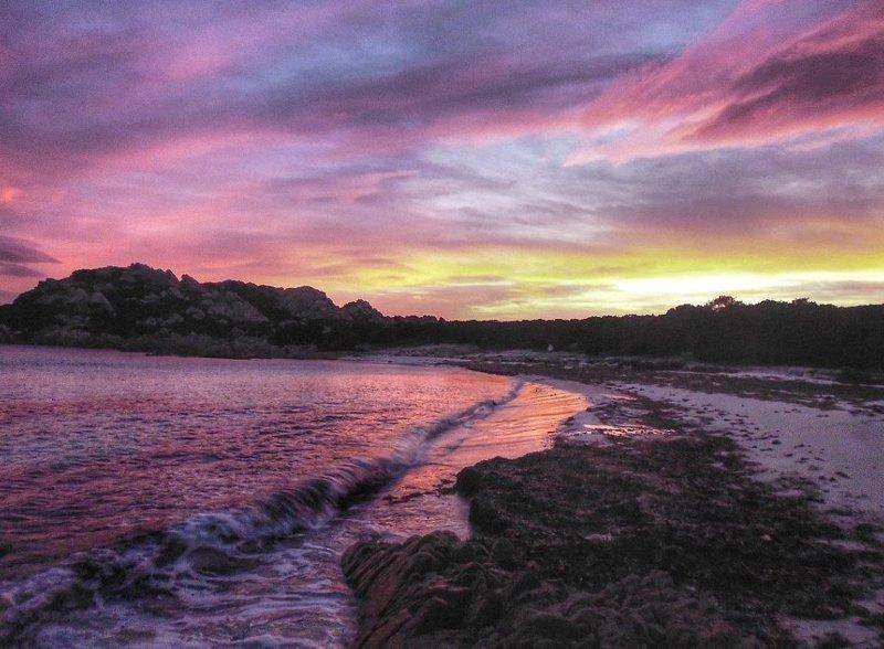 29 лет итальянец живет на знаменитом розовом пляже La Spiaggia Rosa, любуясь завораживающими закатами и рассветами  Буделли, Моранди, жизнь, италия, мир, остров, отшельник, фотография