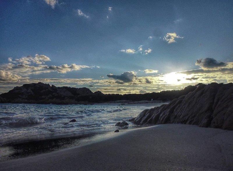 Розовый пляж острова имеет такой цвет из-за крошечных осколков ракушек Буделли, Моранди, жизнь, италия, мир, остров, отшельник, фотография