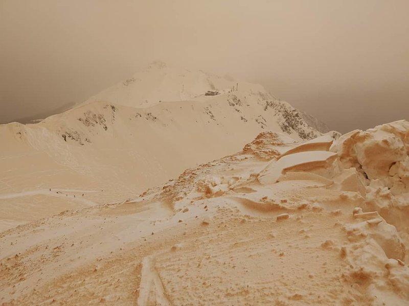 На горнолыжном курорте в Сочи вместе со снегом выпал песок буря, песок, природа, пыль, снег, сочи