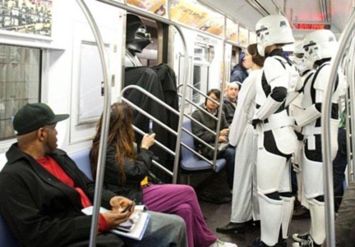 14. Дарт Вейдер тоже любит метро курьез, метро, странные люди, флеш моб, фрики, юмор
