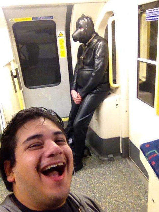 6. Скромная поза для такого костюмчика курьез, метро, странные люди, флеш моб, фрики, юмор