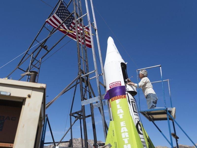 Приверженец теории плоской Земли совершил полет на «самопальной» ракете ynews, Изобретатель, авантюрист, полет, ракета, теория плоской Земли