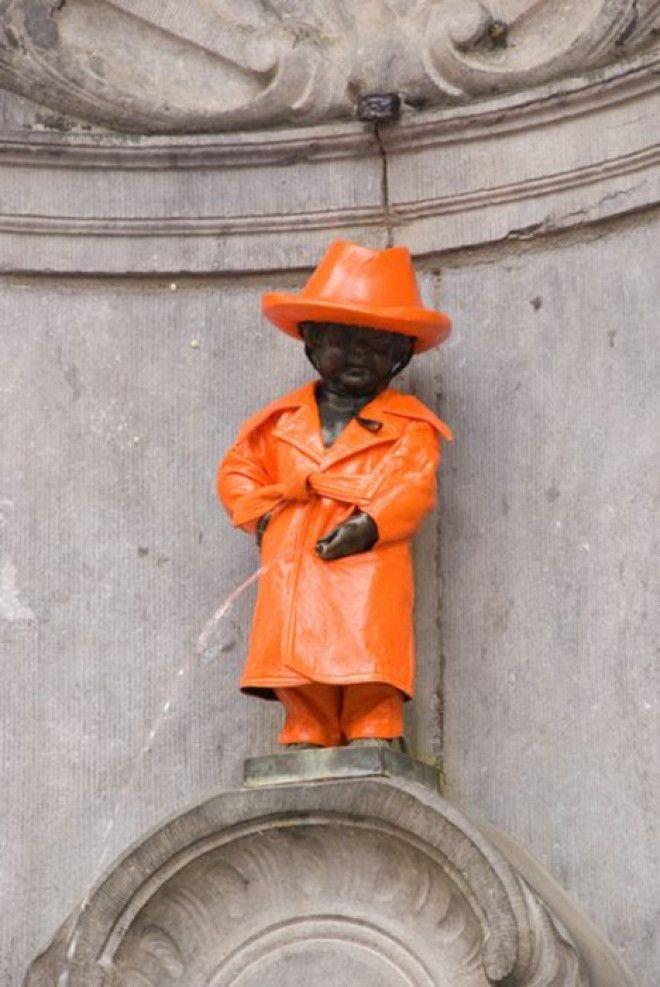 Статуя в оранжевом дождевом костюме Популярность, история, символ, скульптура