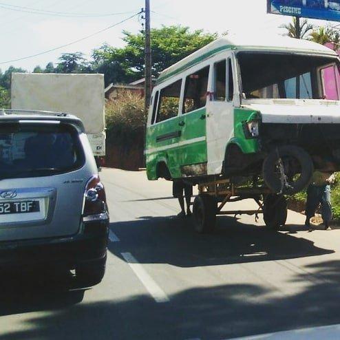 Безумные самоделки делят дорогу с современными автомобилями Антананариву, африка, беднейшие страны, города Мадагаскара, мадагаскар, путешествие, столица Мадагаскара, столицы